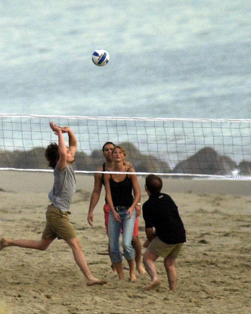 12-31 Gisele and Leo play Valleyball with families at New Year's Eve in Malibu
