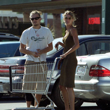 Gisele_and_Leo_shopping_in_Hollywood2C_August_282C_2001_28429