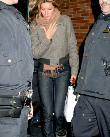 03-02 Gisele Bundchen leaving the GMA Show in New York March 2 2006