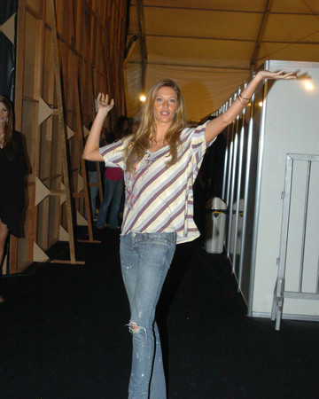 06-10 Gisele Bundchen at Rio Fashion Week Spring-Summer 2007