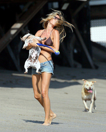 07 Gisele spends time at Leonardo DiCaprio's beach house in Malibu with his mom Irmelin July