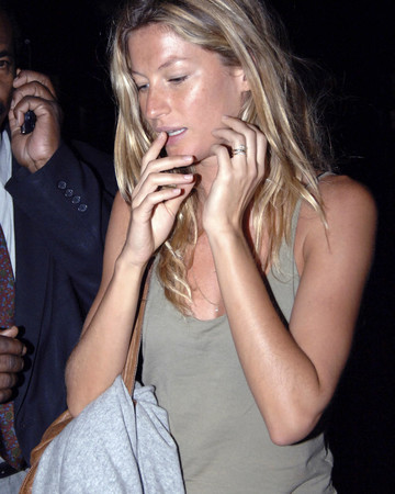 07-27 Gisele at Lax Airport Los Angeles July 27 2006