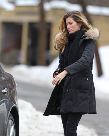 01-19 Gisele visits a friend's apartment in Boston