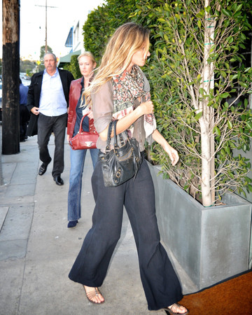 06-07 Gisele and Tom go for dinner in the Pacific Palisades
