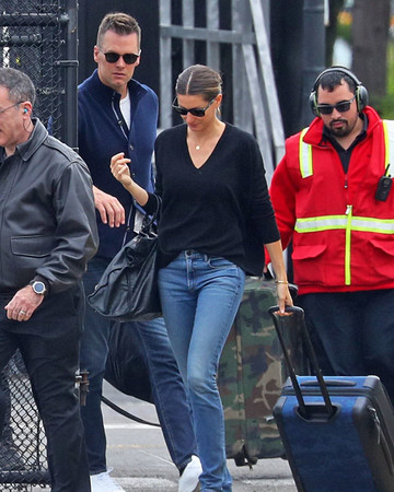 05-07 Gisele Bundchen and Tom Brady – Catch a Helicopter Out of NYC