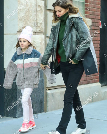 11-09 Gisele Bundchen Bundles Up for Rare Day Out in NYC November 9 2019