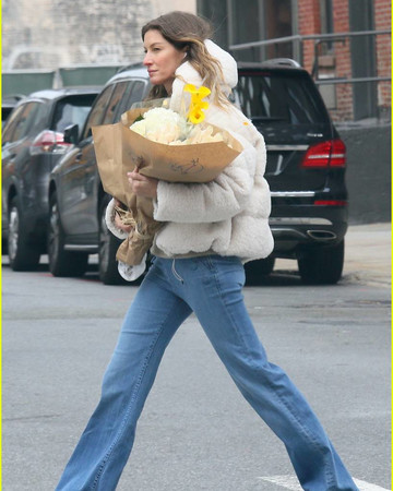 11-10 Gisele Bundchen Steps Out to Pick Up Some Flowers in NYC November 10 2019